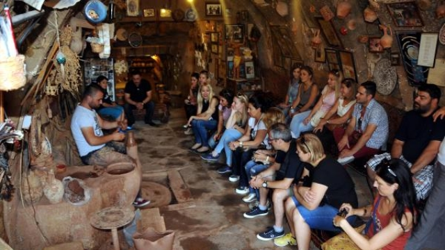 turistlerin-canak-comlek-yapimi-ilgisi-6484561_o